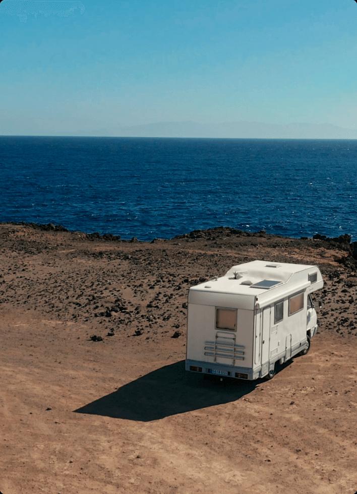 Un camping-car face à la mer, équipé d'un tracker GPS KHIKO