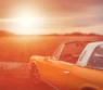 Une voiture ancienne au couché de soleil