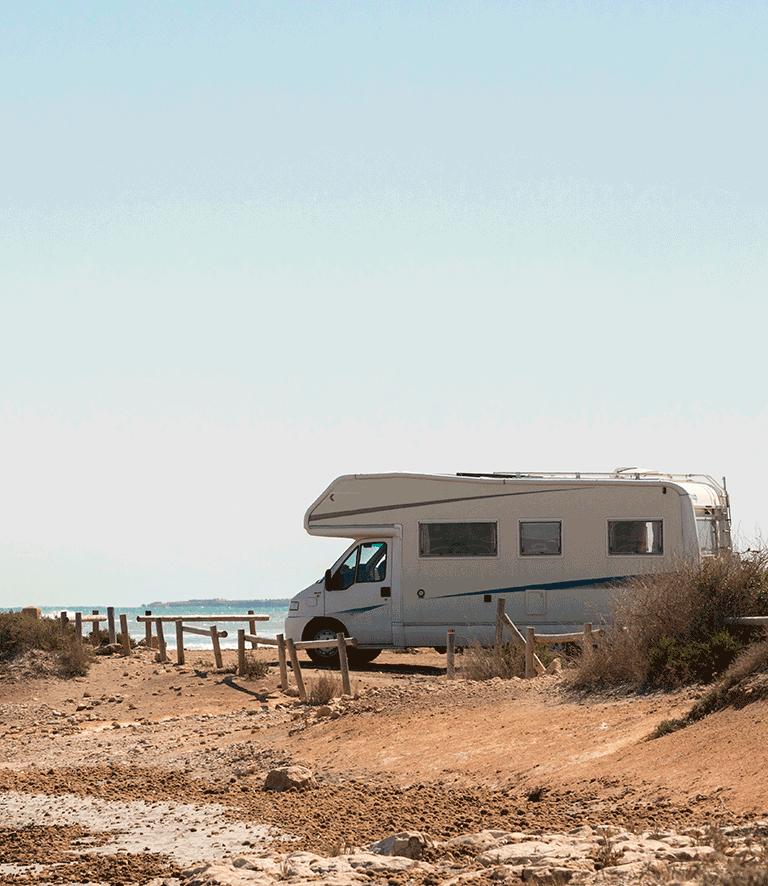 Un camping-car garé prêt de la plage